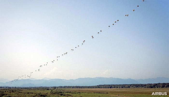 Airbus A400M effectue un déploiement simultané de parachutistes