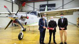 Nicolas Chabbert, directeur de la division Avions de Daher et directeur-général de Kodiak Aircraft remet les clés à Jean-Luc Dartiailh, directeur-général d'Héli-Béarn et Hugo Delpi, responsable ventes avions de Daher.